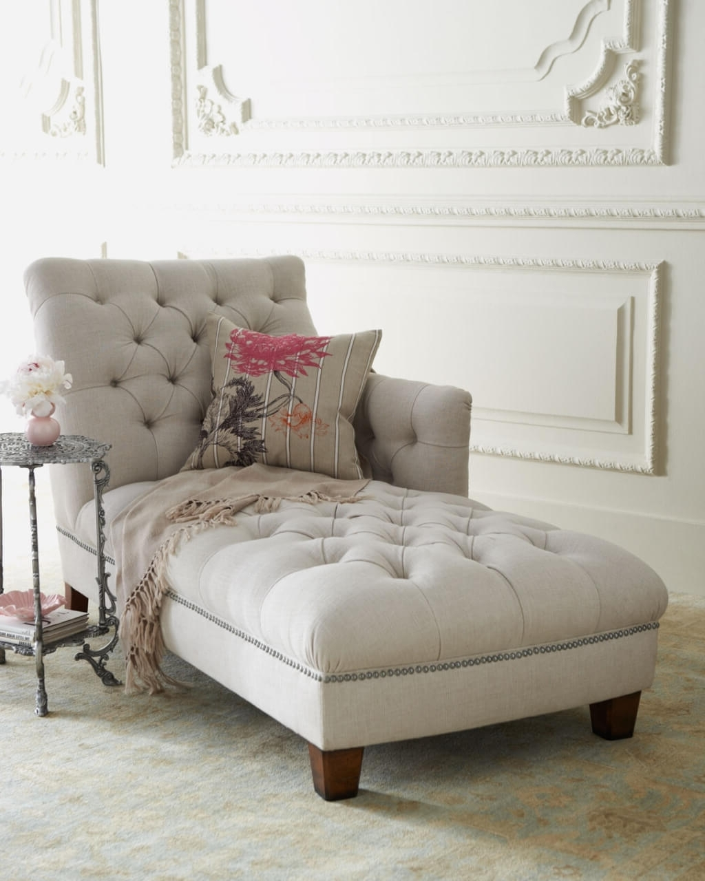 Round Chaises In Popular Furniture: Relaxing White Tufted Chaise Lounge With Small Round (View 10 of 15)