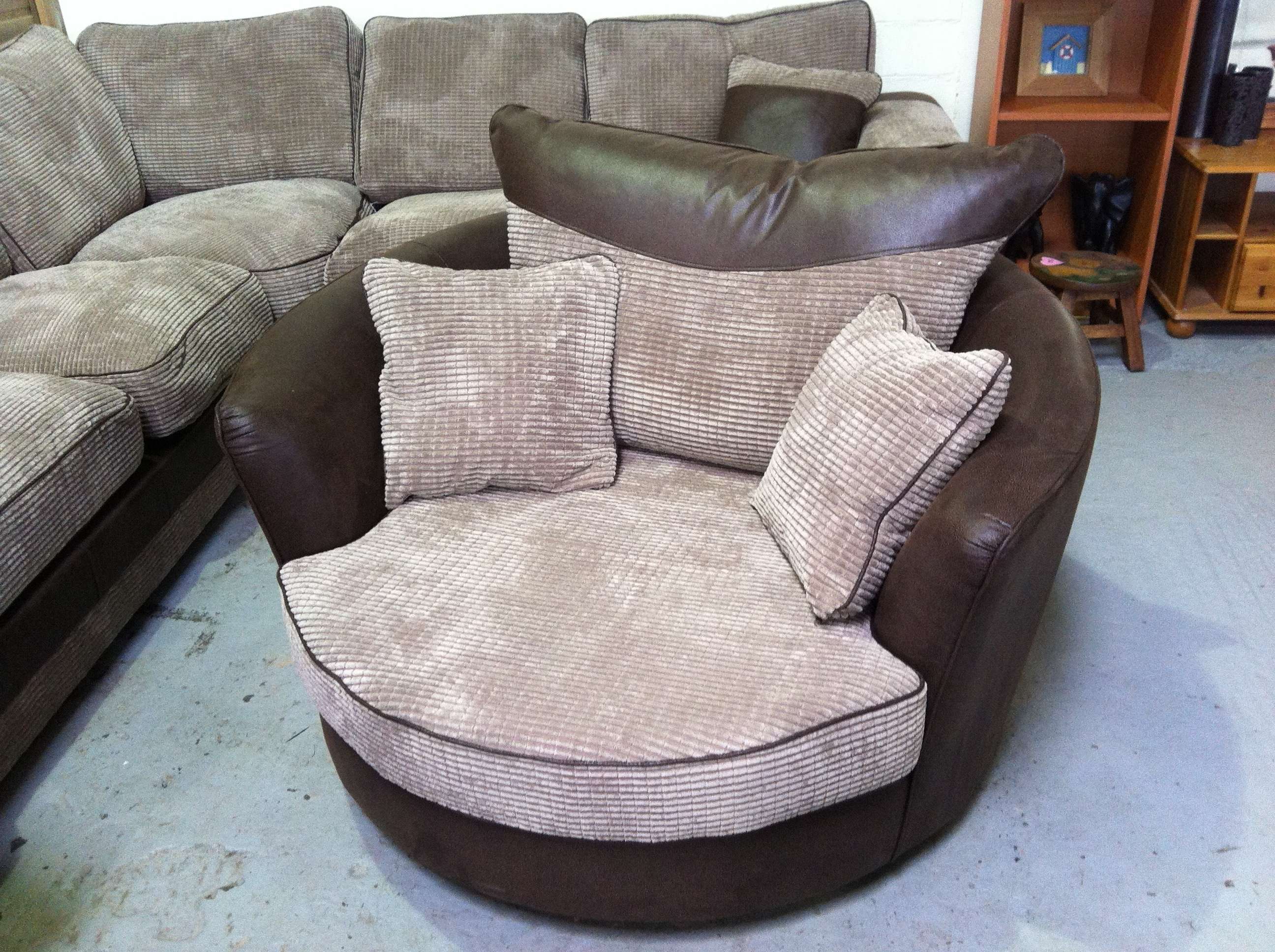 Round Swivel Cuddle Chair (View 2 of 15)