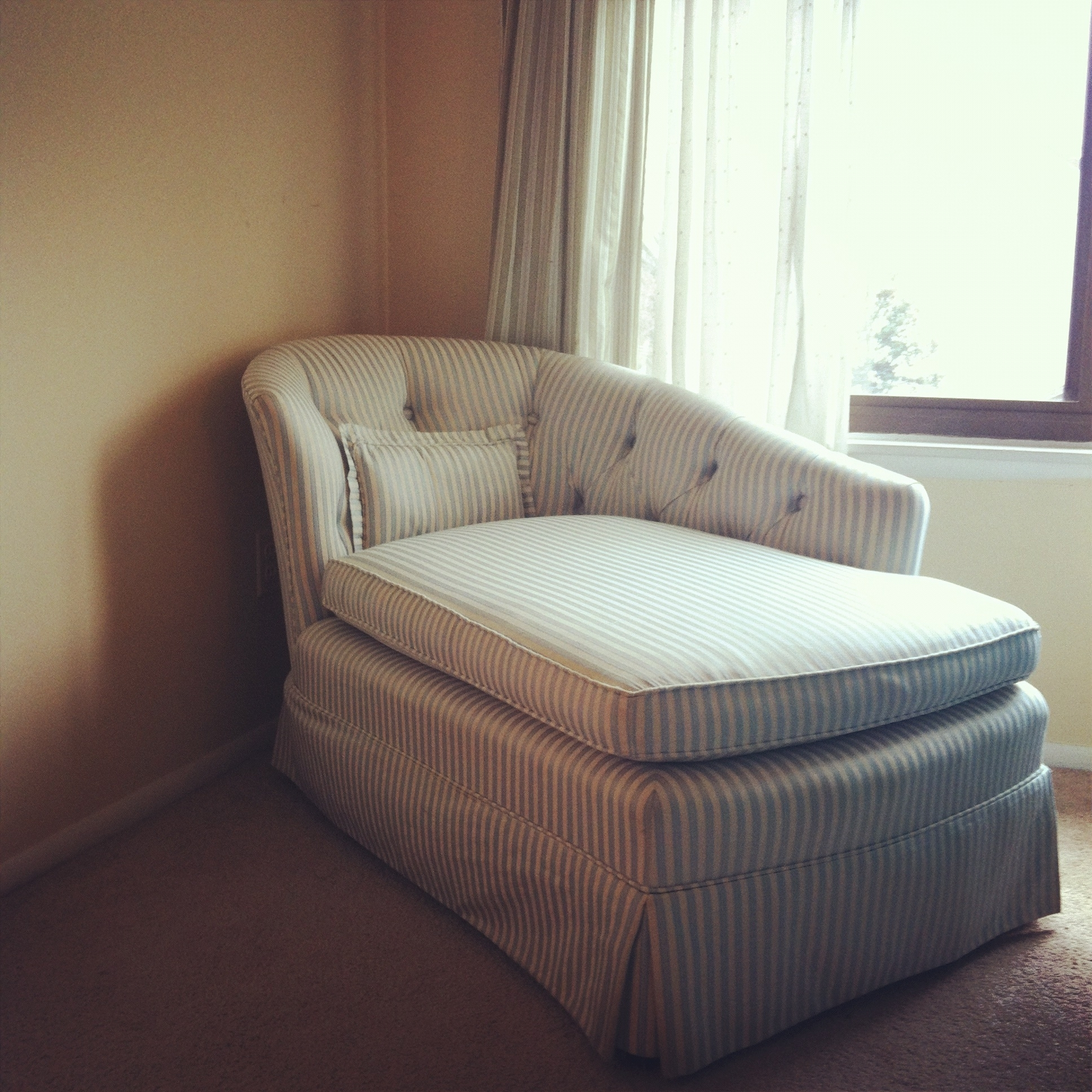 Small Skirted Striped Chaise Lounge Chair For Bedroom – Decofurnish Inside Recent Chairs With A Half Chaise (View 14 of 15)