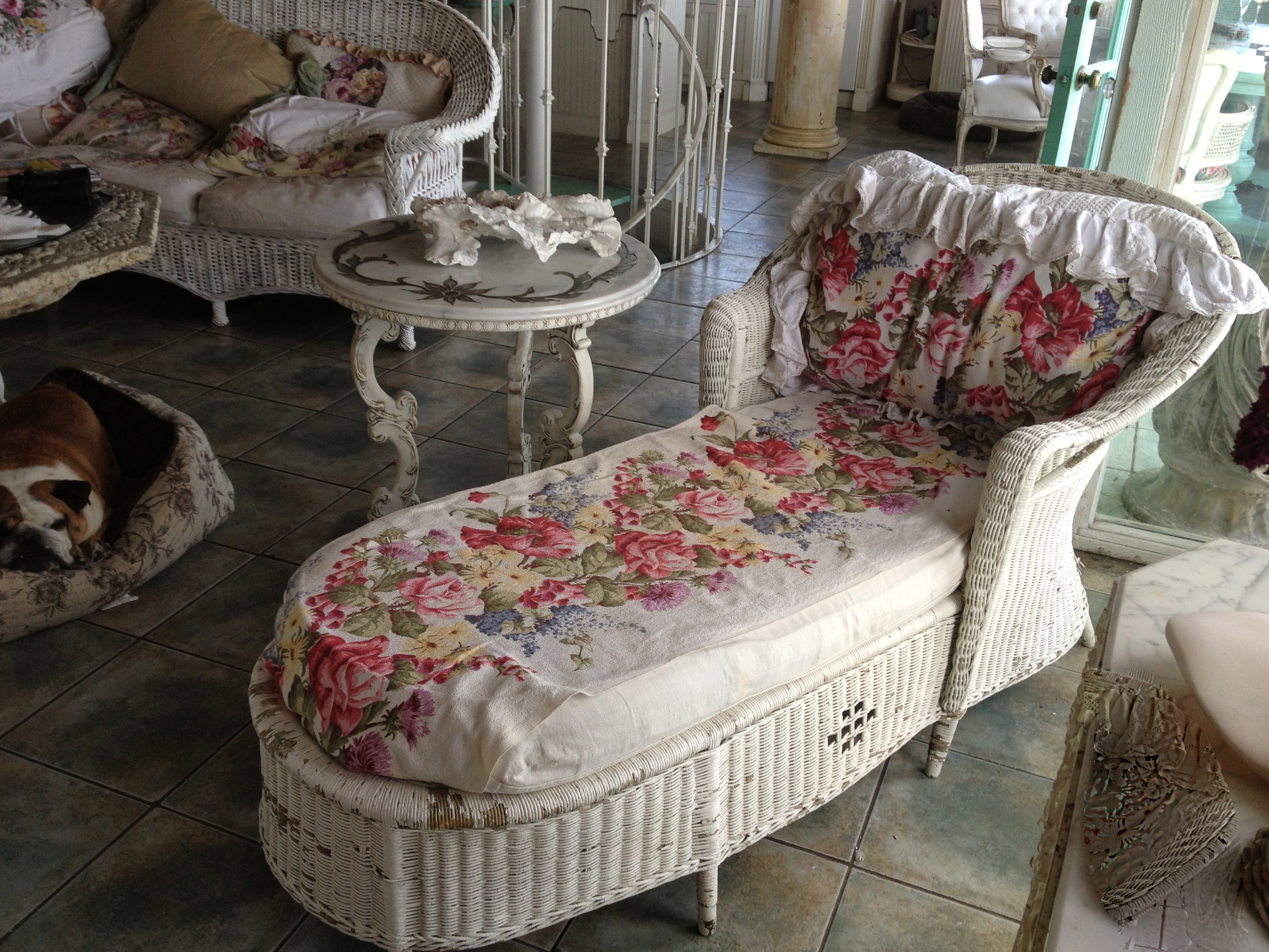 White Wicker Chaise Lounges Pertaining To Most Up To Date Antique Wicker Chaise Lounge (View 13 of 15)