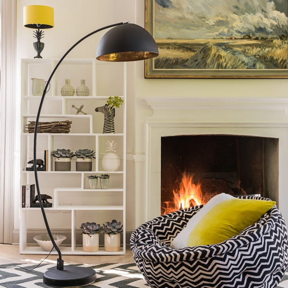 Luxurious Living Room Interior Design Featuring Black Leather Sofas Within Best And Newest Black Living Room Table Lamps (View 14 of 15)