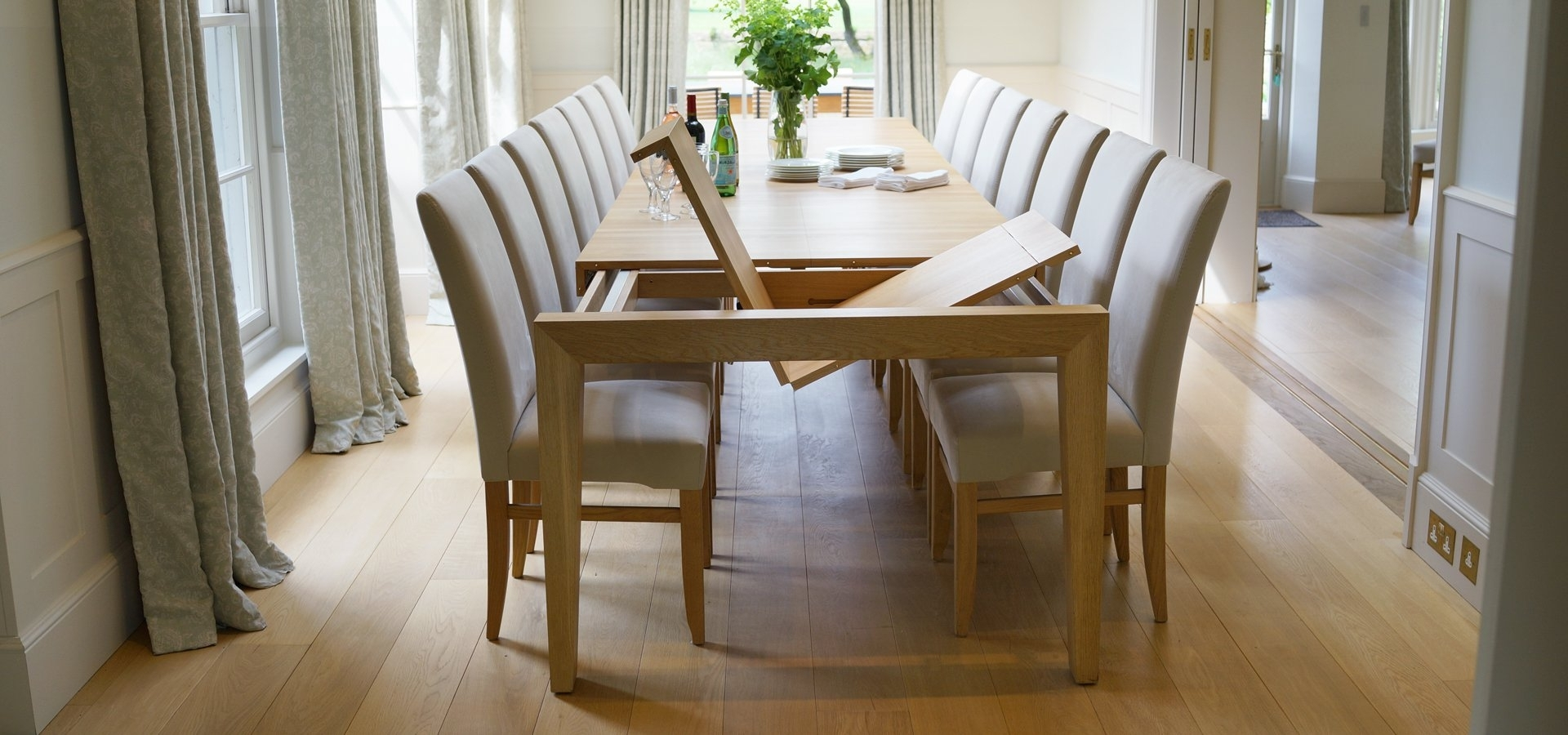2017 Round Oak Extendable Dining Tables And Chairs Throughout Contemporary Dining Tables & Furnitureberrydesign (View 1 of 25)