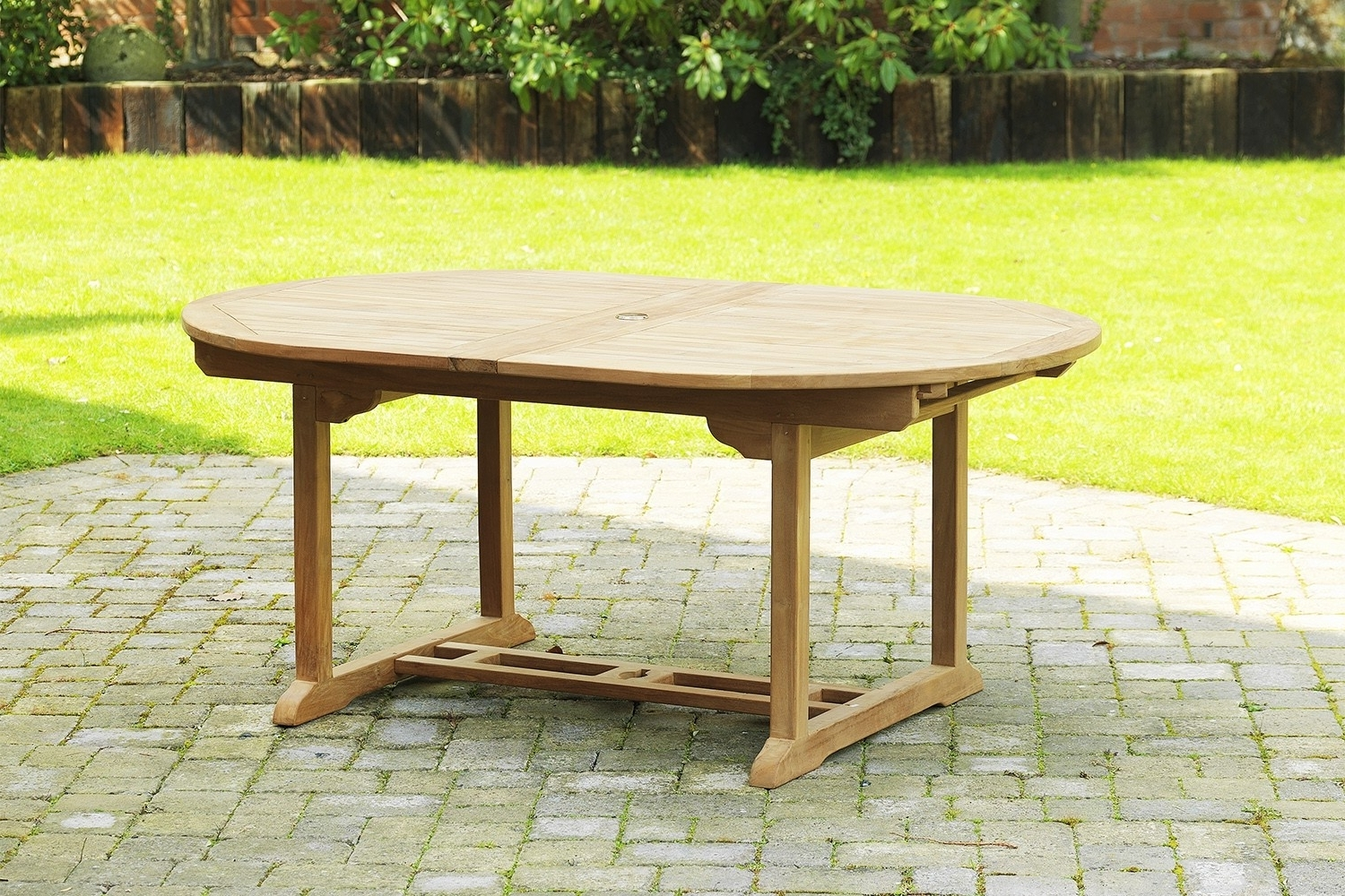 Favorite Extending Outdoor Dining Tables Pertaining To Oval Extending Dining Table (View 2 of 25)