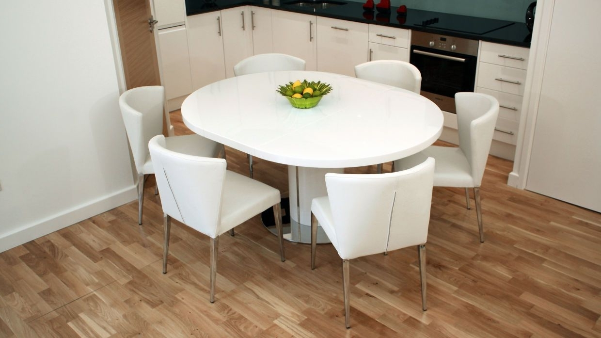 Round White Extendable Dining Tables Regarding 2017 Curva White Gloss Extending Dining Set (View 10 of 25)