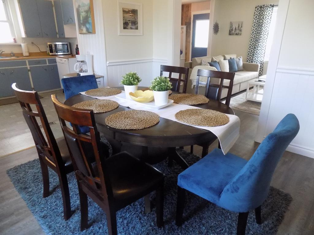 Vacation Home Jarrod's Homethe Falls, Niagara Falls, Canada For Fashionable Jarrod 5 Piece Dining Sets (View 24 of 25)