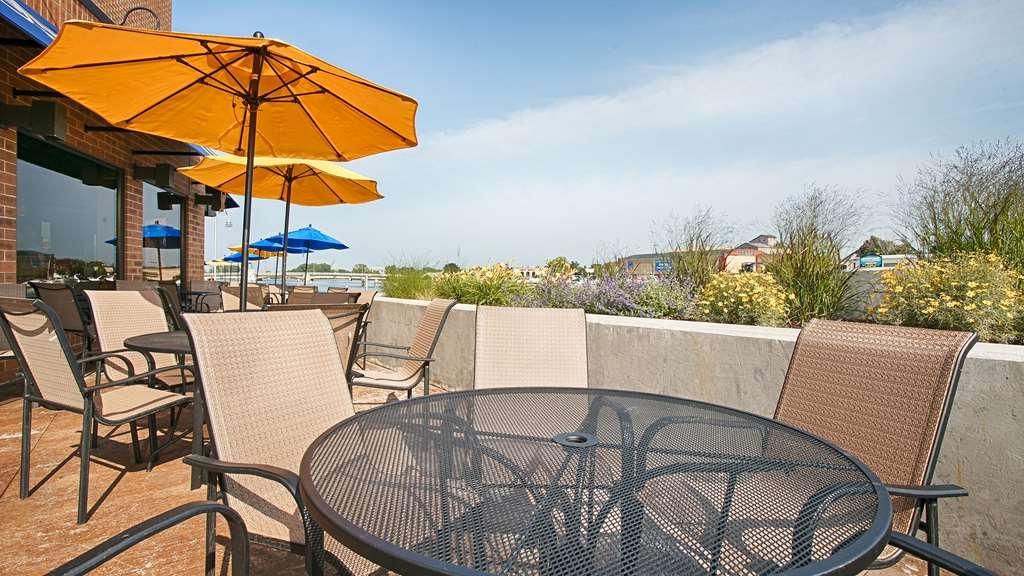 Alyssa Freeport Park Market Umbrellas Regarding Preferred Hotel In Oshkosh (View 23 of 25)