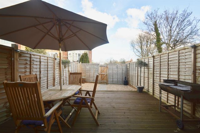 Trendy 2 Bed Maisonette For Sale In Rochester Road, Gravesend Da12 – Zoopla With Regard To Northfleet Rectangular Market Umbrellas (View 23 of 25)